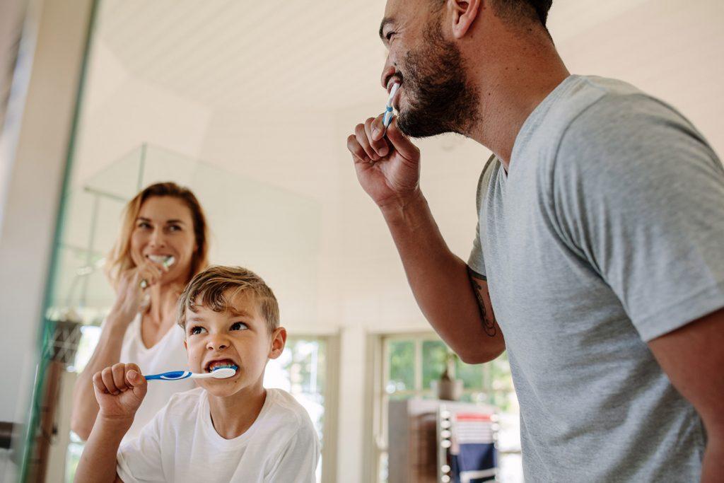 Rodina si čistí zuby.