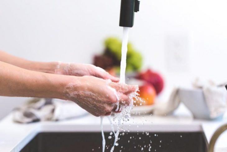mytí rukou v umyvadle