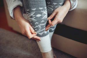 Žena si obléká punčocháče