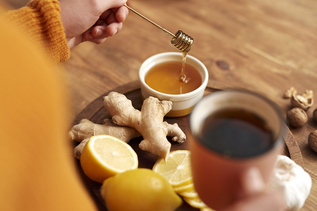 Pokud o hlas přijdete, první pomocí je bylinkový nebo zázvorový čaj s medem.