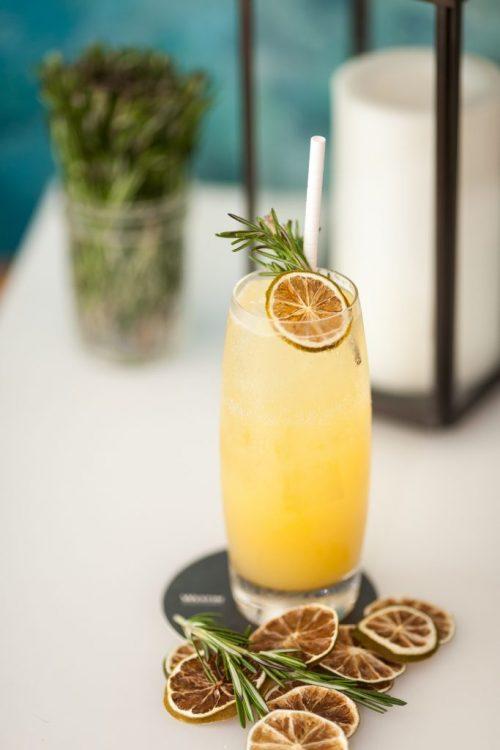 džus s ledem a citrony