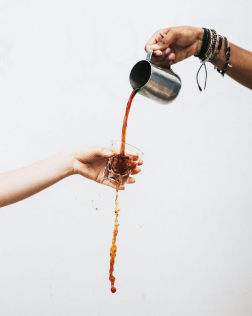 nalévání kávy