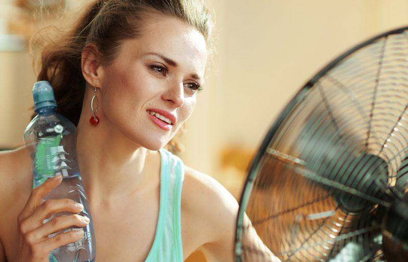 Ledová voda nepomáhá. Jak se účinně azdravě zchladit?