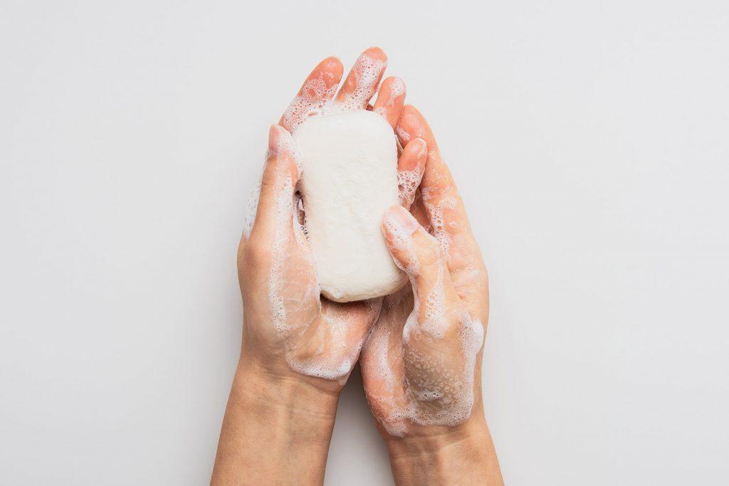jak mýt ruce mýdlem